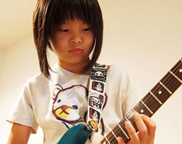 お子さんのギターレッスンの様子